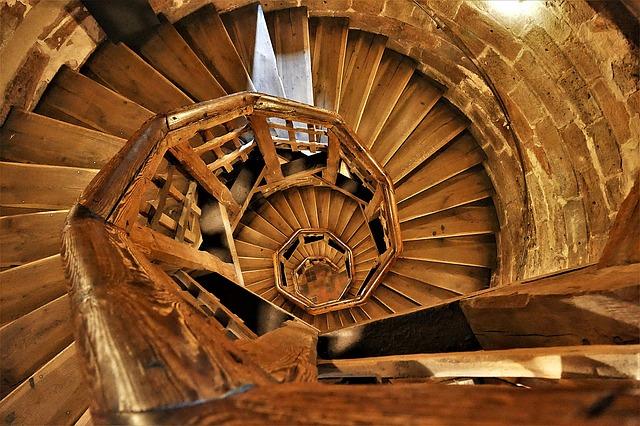 točité schodiště ze dřeva