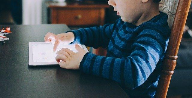 dieťa s tabletom.jpg