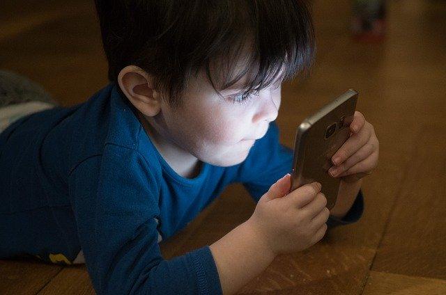 chlapec s mobilným telefónom.jpg